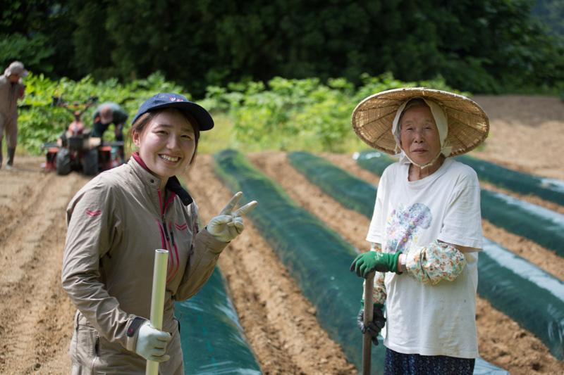 佐藤可奈子と池谷集落のお母さん