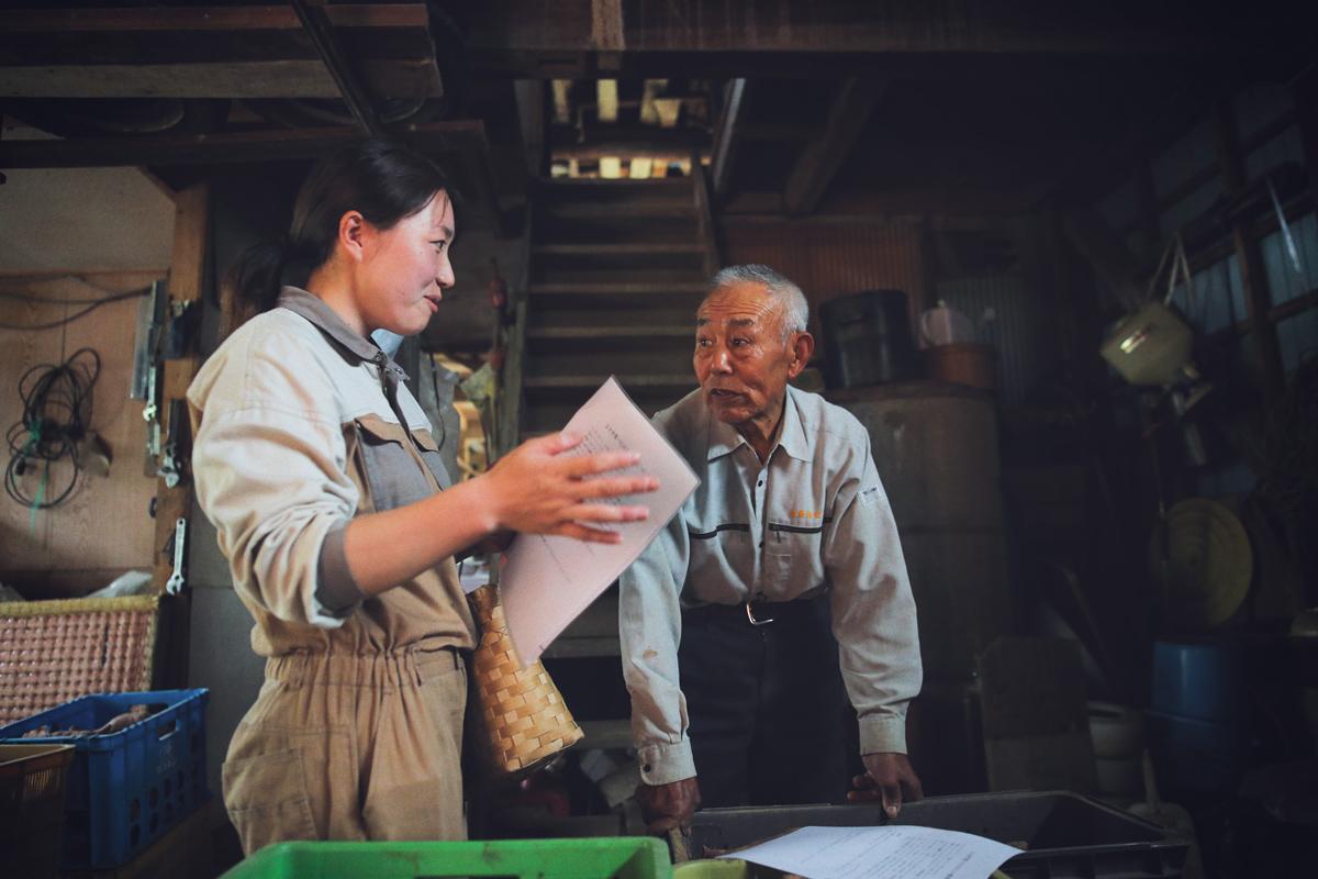 移住女子に作業を教える農家