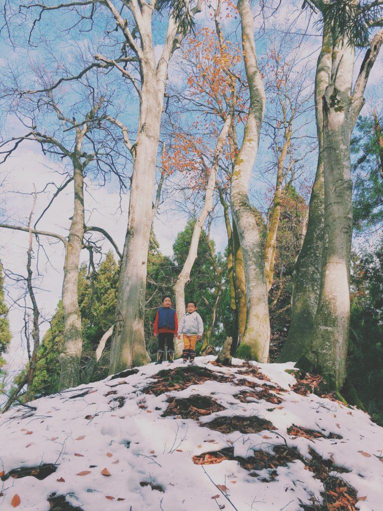 雪山で遊ぶ子ども