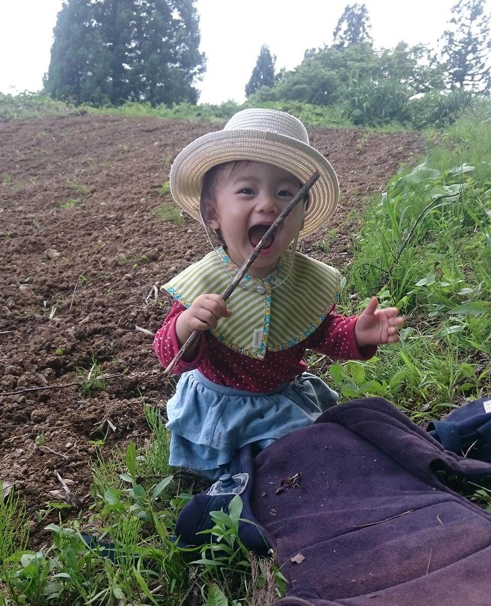 畑の横で遊ぶ高橋さんの娘